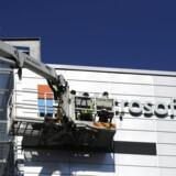 Skiltet på Nokias hovedkontor i Espoo uden for hovedstaden Helsinki bliver skiftet og det nye Microsoft-skilt sat op for at signalere, at hele mobildivisionen 25. april skiftede ejer. Også på mobiltelefonerne forsvinder Nokia-navnet. Foto: Mikko Stig, Lehtikuva/AFP/Scanpix