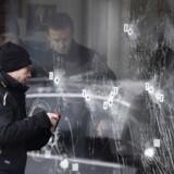 Foto: Politiets teknikere arbejder, søndag den 15. Februar 2015, ved døren ind til Krudttønden på Østerbro, hvor terrorangrebet startede.
