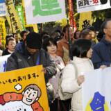 Arbejdsløse og støtter demonstrerer i den japanske hovedstad Tokyo mod de massive nedskæringer, som blandt andre Toyota og Sony gennemfører. Foto: Kazuhiro Nogi
