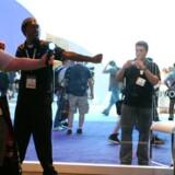Besøgende på spilmessen E3 i Los Angeles i juni prøver Sonys Move-teknologi, hvor de med bevægelser kan styre Playstation 3. Foto: Valerie Macon, AFP/Scanpix