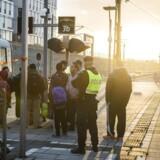 Sverige indførte kl 12.00 torsdag d. 12.11.2015 en midlertidig grænsekontrol, ved den danske og tyske grænse, de næste 10 dage frem. Her er vi på Hyllie station, hvor det svenske politi er mødt talstærkt op for at kontrollere pas. De personer som ikke kan fremvise gyldig identifikation bliver ført ud af toget, hvorefter de får valget om at søge asyl i sverige. Hvis ikke de ønsker det, bliver de sendte tilbage til Danmark.