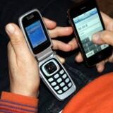 Salget af mobiltelefoner falder, og derfor tør butikkerne ikke købe så mange hjem. Foto: Colourbox