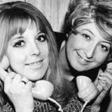 ARKIVFOTO. Sangerinderne Lecia og Lucienne med fastnettelefoner i 1973.