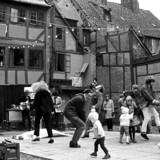 1968. Sofiegården på Christianshavn er erklæret ubrugelig og skal rives ned, hvilket fik slumstormere til at besætte gården.
