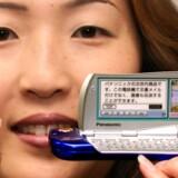 De små SD-hukommelseskort, som bl.a. bruges i mobiltelefoner, vil nu også blive tilladt i Sony-verdenen, der ellers omhyggeligt har holdt alle andre mærker udenfor. Foto: Yoshikazu Tsuno, AFP/Scanpix