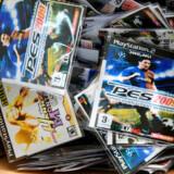 Salget af TV-spil til Wii, Playstation og Xbox 360 vil fortsætte trods de strammere tider, mener alle producenterne. Det bliver dog ikke julegaver i kassevis. Billedet viser nemlig den høst, som italiensk politi gjorde i Napoli i sidste uge, hvor 2.000 falske DVD-film og Playstation-spil blev konfiskeret. Foto: Mario Laporta, AFP/Scanpix