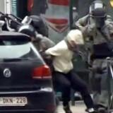 Her pågriber belgisk politi angiveligt Salah Abdeslam efter en større politiaktion i forstaden Molenbeek.