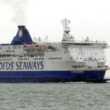 En DFDS-færge forlader havnen i Calais i Nordfrankrig med kurs mod Dover i England. DFDS fik afværget en misforståelse om selskabets rolle som arbejdsgiver i Frankrig med hjælp fra en overvågningsrobot på Facebook.