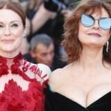 Cannes-festivalen værdsætter bryster, bare ikke hvis de er i færd med at amme børn. Her ankommer 70-årige Susan Sarandon (til højre) sammen med Julianne Moore til dette års premiere på »Ishmael's Ghosts«./ AFP PHOTO / Valery HACHE