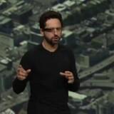 Sergey Brin, medstifter af Google, præsenterer firmaets nye briller i et medrivende show.