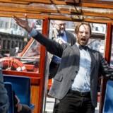 Årets Copenhagen Opera Festival byder for ottende år i træk på gensyn med den populære Operettebåd - her giver operasanger Simon Duus smagsprøver på programmet under dagens præsentation af programmet på en sejltur i de københavnske kanaler. I baggrunden festivalchef Michael Bojesen.