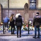 Foran Synagogen i Krystalgade i København blev der lagt blomster for den vagt, der natten til søndag mistede livet.