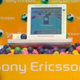 Sony Ericsson forsøger med nye tjenester at tjene penge - for salget af mobiltelefoner går bestemt ikke forrygende længere. Foto: Roslan Rahman, AFP/Scanpix