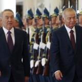 Telia beskyldes for at have bestukket sig til en mobillicens i Usbekistan gennem et skuffeselskab med tætte forbindelser til præsident Islam Karimov (til højre), som her er på besøg på sin kasakhstanske kollega, Nursultan Nazarbajev (til venstre). Foto: Mukhtar Kholdorbekov, Reuters/Scanpix