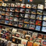 Selvom det ikke bliver langet så mange cder over disken sælges der stadig masser af musik.