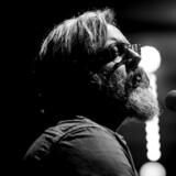 Søren Huss under en koncert i Vejle Musikteater d. 9 november 2017. Sangeren er nu aktuel med sit tredje soloalbum »Midtlivsvisen«.