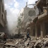 Byen Douma øst for den syriske hovedstad, Damaskus, er i hænderne på oprørerne og et af de områder, som Assads styrker gentagne gange har rettet angreb mod. Flere end 300.000 har mistet livet i den syriske konflikt, som samtidig har jaget fire millioner på flugt ud af landet.