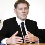 Flemming Ørnskov taber millioner efter aktien på Shire, som han er administrerende direktør for, falder drastisk.