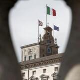 Det italienske flag vejrer over EU-flaget på taget af præsidentpaladset i Rom.