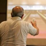 Man får rørt sig foran skærmen, når man spiller Nintendo Wii - her et bowlingspil. Det udnytter genoptræningsklinikker nu til at få folk hurtigere på benene igen. Foto: Saul Loeb/AFP