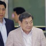 Samsungs bestyrelsesformand, Lee Kun-Hee (til højre), eskorteres af en sikkerhedsvagt, da han 24. maj lander i Seoul efter besøg i Europa og Japan. Foto: Lee Jae-Won, Reuters/Scanpix