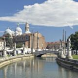 Den elipseformede Prato della Valle-plads i Pavoda er fra slutninge af 1700-tallet og Italiens største. Inderst ligger en lile ø omkranset af en kanal, hvis to bredder er flankeret af statuer hele vejen rundt.