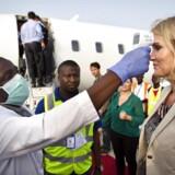 Helle Thorning-Schmidt i Sierra Leone i forbindelse med besøg på ebola bahandlingscenter i Port Loko uden for hovedstaden Freetown. Statsministeren bliver oobligatorisk feber-screenet inden flyvningen fra det ebolahærgede Sierra Leone til Ghana.