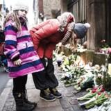 Foran Synagogen i Krystalgade i København, bliver der lagt blomster for den vagt der natten til søndag mistede livet.
