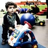 Elias på 1,5 år leger rundt i Blegdamsremisen.
