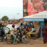 Et voksende pres er på vej til at bringe sundhedssystemerne i de vestafrikanske lande Liberia, Sierra Leone og Guinea i knæ. På grund af høj dødelighed blandt sundhedspersonalet er der opstået et parallel marked for salg af medicin og behandling af syge. Vestafrikanerne søger væk fra hospitalerne og hen mod gadesalg, småklinikker, privat hospitaler og alternative behandlere som heksedoktore og healere.