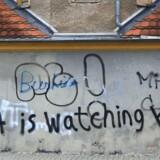»NSAis watching you!« (NSA overvåger dig) siger graffitien på en husfaçade i Strassfurt i Tyskland. Arkivfoto: Jens Wolf, AFP/Scanpix