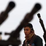 En kriger venter på toppen af et bevæbnet køretøj uden for Sirte i Libyen, som nu er nået op på siden af topscorerne på EUs udenrigspolitiske problemliste. I går meldte EUs udenrigsministre sig klar til at hjælpe – om end ingen rigtigt kan pege på hvordan.