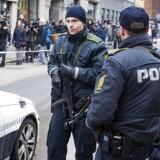 Betjente holder vagt ved synagogen i Krystalgade i København, som har været under skærpet bevogtning siden terrorangret sidste år.