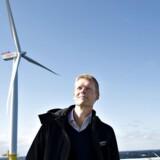 Henrik Poulsen, administrerende direktør i DONG Energy, har netop aflagt halvårsregnsskab for den danske energikæmpe. Her er han fotograferet foran havvindmøllerne ved Anholt.