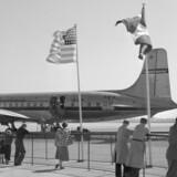 DENGANG FOR 60 ÅR SIDEN - 'Før Bøgen er sprunget ud, kom Sommervarmen til København i Gaar', skriver Berlingske Tidende torsdag den 26. april 1951. Folk nyder den første sommerdag i København Lufthavn og ser her på et SAS fly der lige er landet.