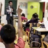 PISA retter blandt andet søgelyset mod eleverne selv for at skabe bedre resultater. Eller måske rettere mod den opdragelse, de har fået af deres forældre? Eleverne forstyrres således ofte af støj og uro i undervisningen, og læreren må vente lang tid, før der er ro til at undervise. Begge forhold spiller ind på elevernes faglige niveau, men det hører dog med til billedet, at færre elever betegner uroen som et problem i dag, end de har gjort tidligere.