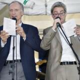 Kulturminister Bertel Haarder (V) er glad for at synge og skriver ofte selv sange. Som her til Folkemødet på Bornholm i 2011, hvor han sammen med partifællen Søren Pind synger sin egen »Undskyld-sangen«.