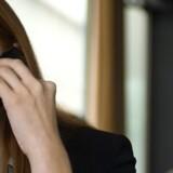 Selv om man sidder på hotelværelset på sommerferie, vil hver fjerde dansker tage arbejdsmobiltelefonen, når den ringer. Foto: Colourbox
