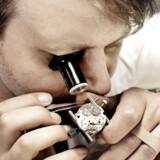 Flotte ure er i den grad på mode, og det mærker Bering Time på omsætningen. Her urmager Rehné Noer, der har butikken Tidens Mester på Nørrebro.
