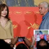 Filminstruktør Paul Verhoeven (til højre) og skuespiller Isabelle Huppert i Cannes. Foto: REUTERS/Regis Duvignau
