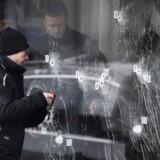 Politiets teknikere arbejder, søndag den 15. Februar 2015, ved døren ind til Krudttønden på Østerbro, hvor terrorangrebet startede lørdag.