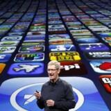 I dag er det fem år siden, teknologigiganten Apple åbne App Store. Her er det Apples topchef Tim Cook under en præsentation, hvor antallet af downloads var rundet 25 milliarder. I dag er det tal vokset til flere end 50 milliarder ifølge Apple. Arkivfoto: Robert Galbraith / Reuters / Scanpix