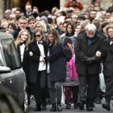 Venner og familie tager afsked med filminstruktøren Finn Nørgaard klokken 12 i Grundtvigs Kirke i Københavns nordvestkvarter. Dorte Krogsgaard ses til højre i billedet klædt i sort og med briller.