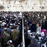 Som det er nu, er området foran muren i Jerusalems Gamle By kønsopdelt. Mænd beder sammen med mænd, kvinder beder sammen med kvinder.
