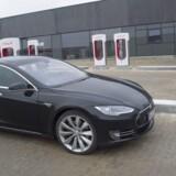 Tesla er en af de mest solgte elbiler i Danmark, selvom den ikke er helt billig. En ny Tesla model S koster som basismodel 592.000 kroner i Danmark.
