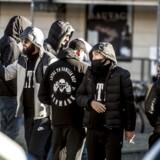 Arkivfoto: Medlemmer af gruppen Loyal To Familia (LTF) var mødt op foran Københavns Byret på Nytorv, den 9. oktober, da der faldt dom i sagen mod LTF-lederen Shuaib Khan. (Foto: Scanpix Danmark STF/Scanpix 2017)
