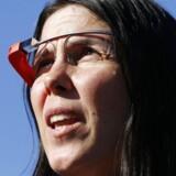 Brillerne Google Glass har fået en blandet modtagelse. Her er amerikanske Cecilia Abadie på vej i retten i San Diego i midten af januar efter at have modtaget en bøde for at have haft brillerne på, mens hun sat bag rattet i en bil.