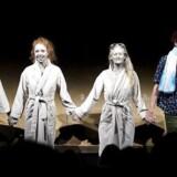 """Tæppefald. Marie Dalsgaard, Johanne Louise Schmidt, Ida Cæcilie Rasmussen og Martin Ullits Dahl under anden fremkaldelse på """"White Girl"""" som spiller for sidste aften i Skuespillerhuset."""