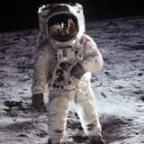 """NASA har i samarbejde med en privat organisation valgt at offentliggøre et gammelt, for offentligheden ukendt billedgalleri. Se her galleriet, der følger de første bemandede rumrejser - og kom med på en billedrejse til Månen.Månelandingen 20. juli 1969 kl. 21:17 dansk tid var en utrolig teknologisk bedrift, hvor man for første gang landsatte et bemandet fartøj på Månen. Den 21. juli kl. 03:56 dansk tid satte det første menneske sin fod på Månen.Optakten til månelandingen var et løfte fra USA's præsident John F. Kennedy i starten af 1960'erne. Efter at rumkapløbet mellem USSR og USA var gået i gang var rumfartsteknologien udviklet med stor hast – og det var af politiske årsager vigtigt, hvorvidt det var USSR eller USA, der først kom til Månen og vandt rumkapløbet. Det var naturligvis også for at demonstrere, hvem der var den anden part teknologisk overlegen.I 1969 landsatte amerikanske NASA Neil Armstrong på Månen og med ordene """"Et lille skridt for et menneske, men et stort for menneskeheden"""" afsluttede Armstrong månekapløbet, men han havde også taget det første skridt i et nyt kapitel for menneskeheden og teknologien.Klik videre og se de flotte billeder."""