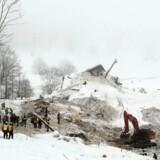 En uge efter at en lavine ramte Hotel Rigopiano i det centrale Italien, leder redningsfolk stadig efter overlevende. Reuters/Handout